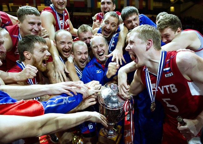 Rosjanie cieszą się ze złotego medalu /PAP/EPA