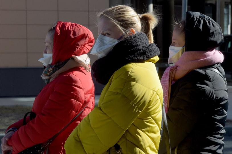 Rosjanie jeszcze przez co najmniej dwa miesiące będą musieli nosić maseczki /Olga Maltseva /AFP