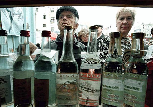 Rosjanie kupują wódkę w jednym z ulicznych kiosków /AFP
