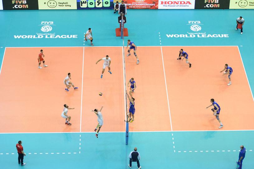 Rosjanie (niebieskie stroje) podczas meczu w Iranie /www.fivb.org