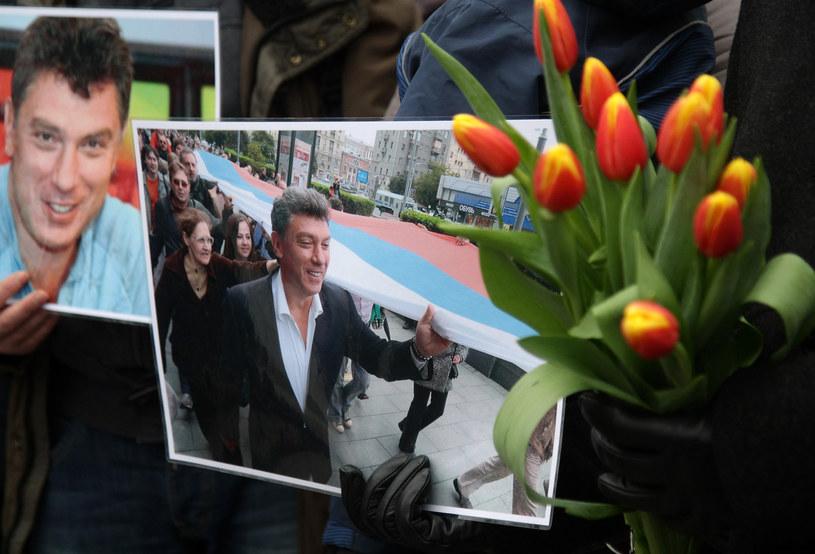 Rosjanie uczcili pamięć Niemcowa kwiatami i zniczami /AFP