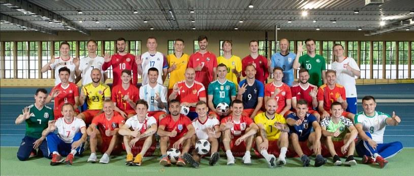 Rosjanie w koszulkach wszystkich nacji. W górnym rzędzie, 1. z prawej Igor Władymirow przywdział polski trykot. /AFP