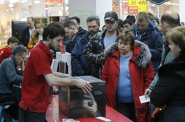 Rosjanie w panice wykupują towary ze sklepów /EPA