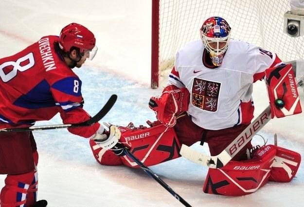 Rosjanin Aleksander Owieczkin (z lewej) ma być jedną z gwiazd mistrzostw /AFP