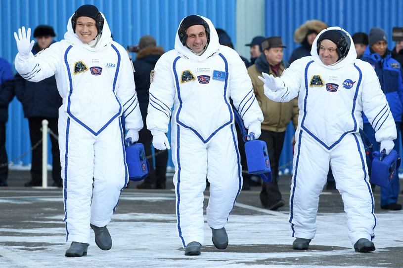 Rosjanin, Amerykanin i Japończyk spędzą na stacji ponad cztery miesiące /Kirill Kudryavtsev /AFP