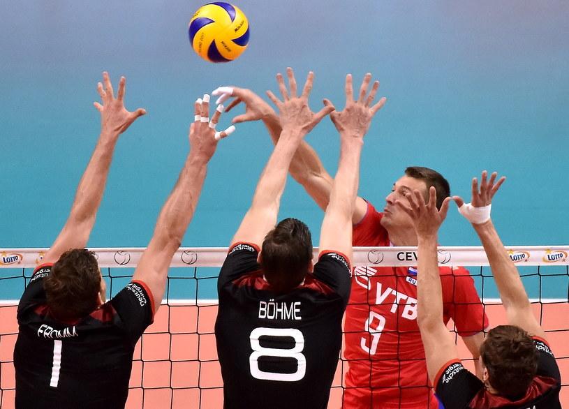 Rosjanin Jurij Bereżko (w głębi) oraz Christian Fromm (z lewej), Marcus Bohme (z prawej) z Niemiec podczas finałowego meczu mistrzostw Europy siatkarzy /Jacek Bednarczyk /PAP