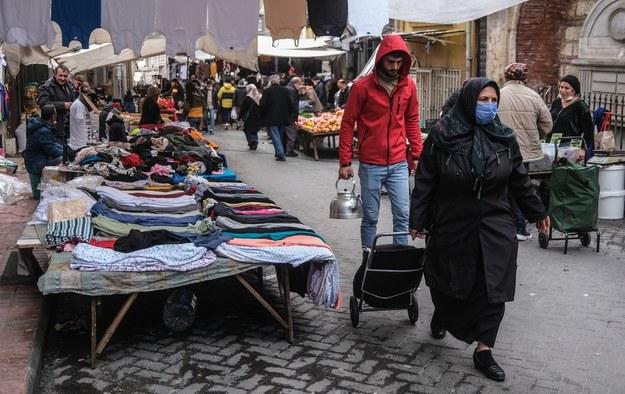 Rosnące ceny uderzają zwłaszcza w najbiedniejszych Turków /SEDAT SUNA /PAP/EPA