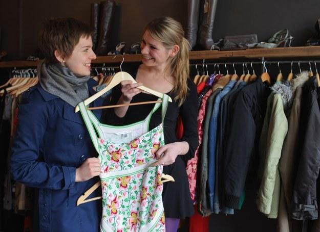 Rosnącej popularności zakupów w second-handach sprzyja  moda na vintage /Getty Images/Flash Press Media