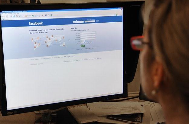 Rośnie liczba osób uzależnionych od Facebooka - twierdzą psychologowie /AFP