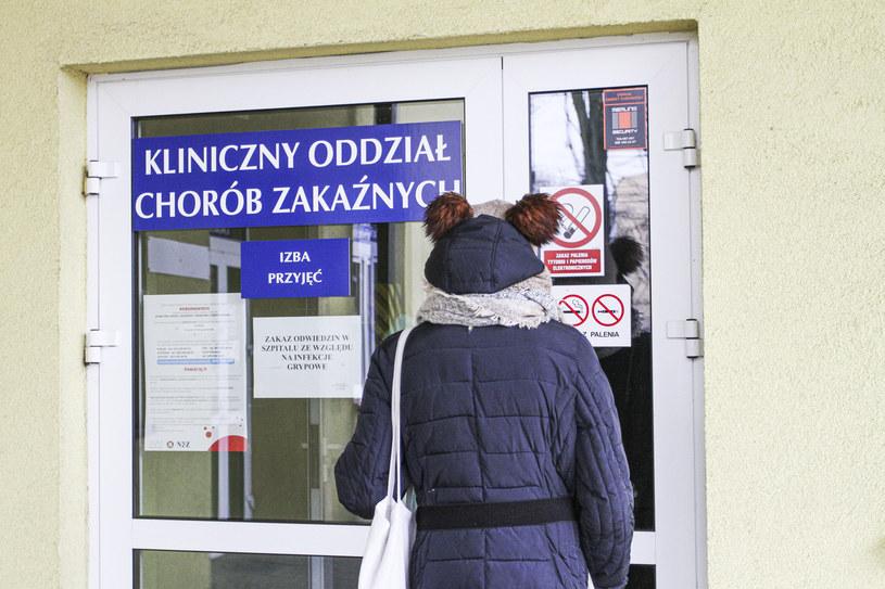 Rośnie liczba osób zakażonych koronawirusem w Polsce (na zdj. wejście do Klinicznego Oddziału Chorób Zakaźnych w Ostródzie) /Artur Szczepanski/REPORTER /East News