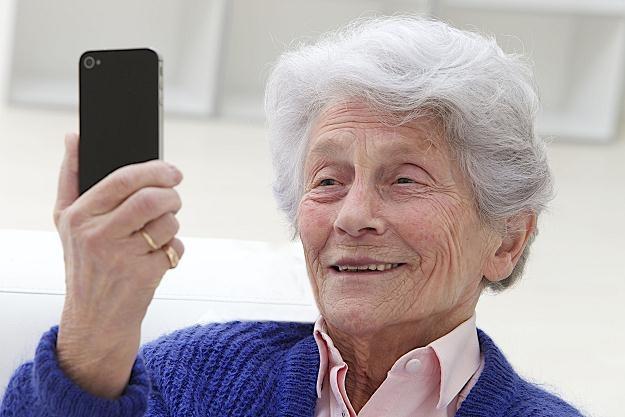 Rośnie rynek telefonów przeznaczonych dla osób starszych /©123RF/PICSEL