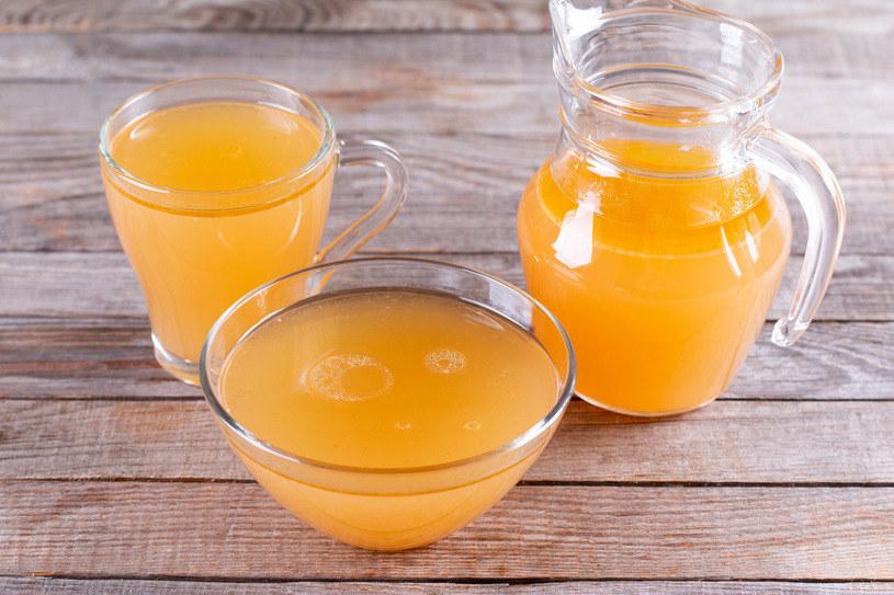 Rosół jest czasochłonną potrawą. Aby uzyskać aromatyczny i przejrzysty wywar, powinniśmy gotować go przynajmniej przez godzinę /123RF/PICSEL