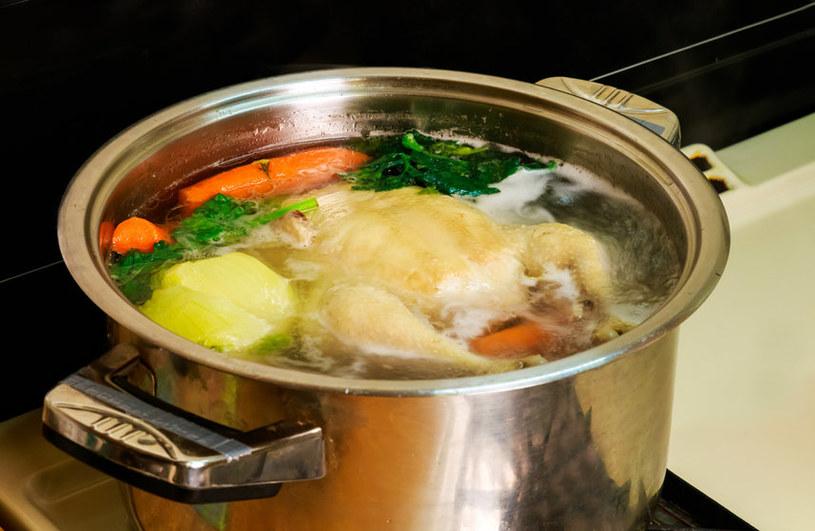 Rosół to klasyczna zupa podawana w niedzielę. Czasem z jego składnikami można eksperymentować /123RF/PICSEL