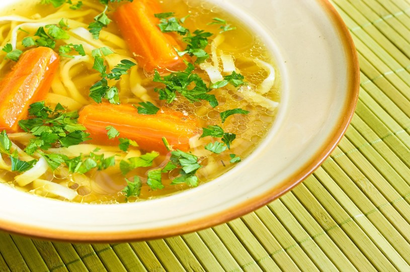 Rosół z makaronem i gotowaną marchewką to zły wybór - w diecie z niskim IG lepiej zdecydować się na bulion solo lub z mięsnymi klopsikami /123RF/PICSEL