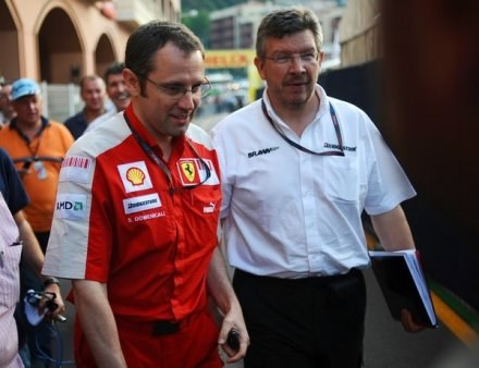Ross Brawn (z prawej) wierzy, że Schumacher wygra wyścig w barwach Ferrari /AFP