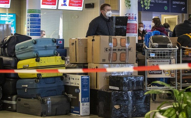 Rosyjscy dyplomaci na lotnisku w Pradze /Martin Divisek /PAP/EPA