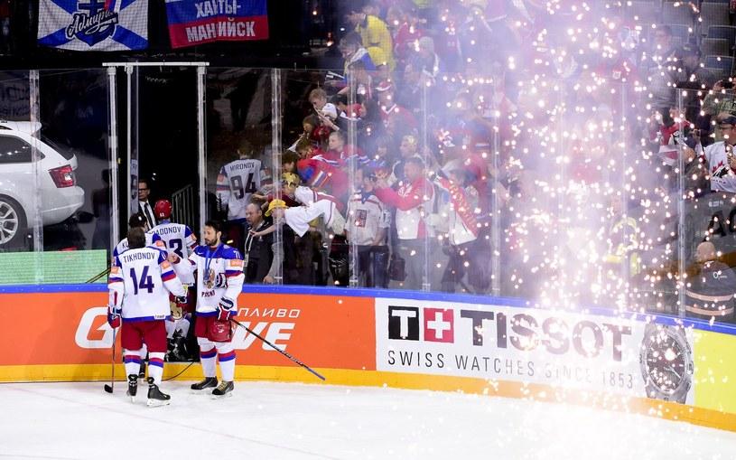 Rosyjscy hokeiści byli tak wściekli po klęsce, że nie poczekali nawet na odegranie hymnu mistrzów świata /AFP