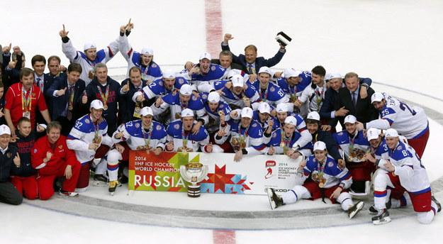Rosyjscy hokeiści fetują zdobycie tytułu /ANATOLY MALTSEV  /PAP/EPA