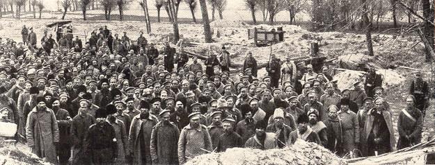 Rosyjscy jeńcy wojenni. Pomimo ogromnych strat w zabitych, rannych, chorych i wziętych do niewoli, zasoby mobilizacyjne armii Mikołaja II wydawały się nieskończone. /Odkrywca