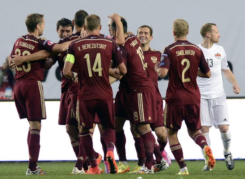 Rosyjscy piłkarze cieszą się z gola podczas meczu z Liechtensteinem w eliminacjach Euro 2016 /AFP