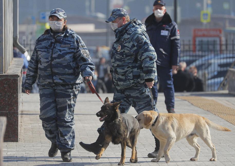 Rosyjscy policjanci w maseczkach ochronnych /Sergei Ilnitsky /PAP/EPA