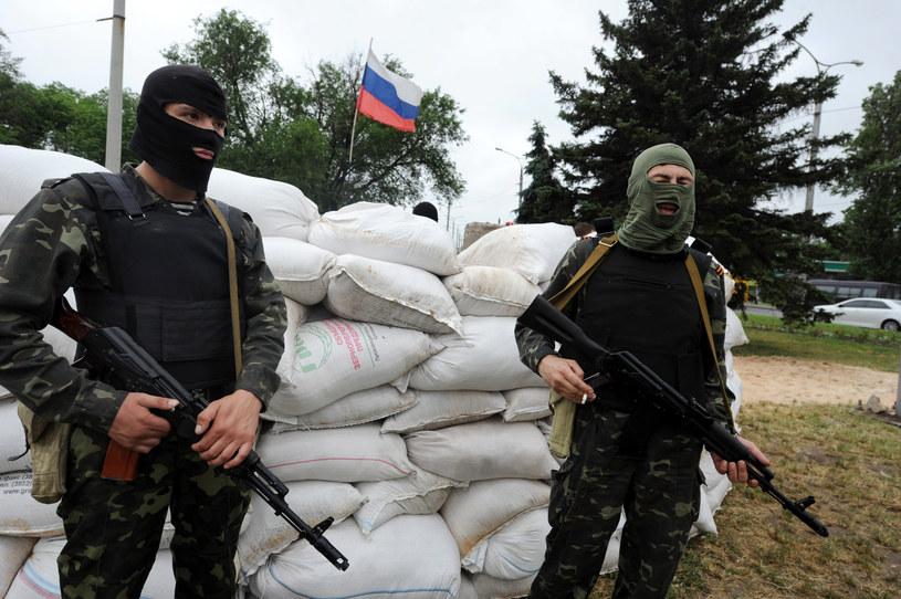 Rosyjscy separatyści na blokadzie drogi w Doniecku /VIKTOR DRACHEVRosyjscy separatysći /AFP