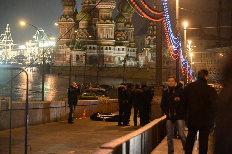 Rosyjscy śledczy obok przykrytych zwłok Borysa Niemcowa /PAP/EPA