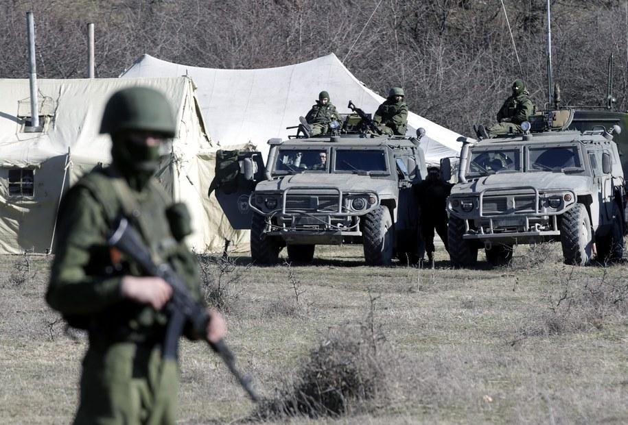 Rosyjscy żołnierze otaczający ukraińską bazę w Pierewalnym pod Symferopolem /MAXIM SHIPENKOV    /PAP/EPA