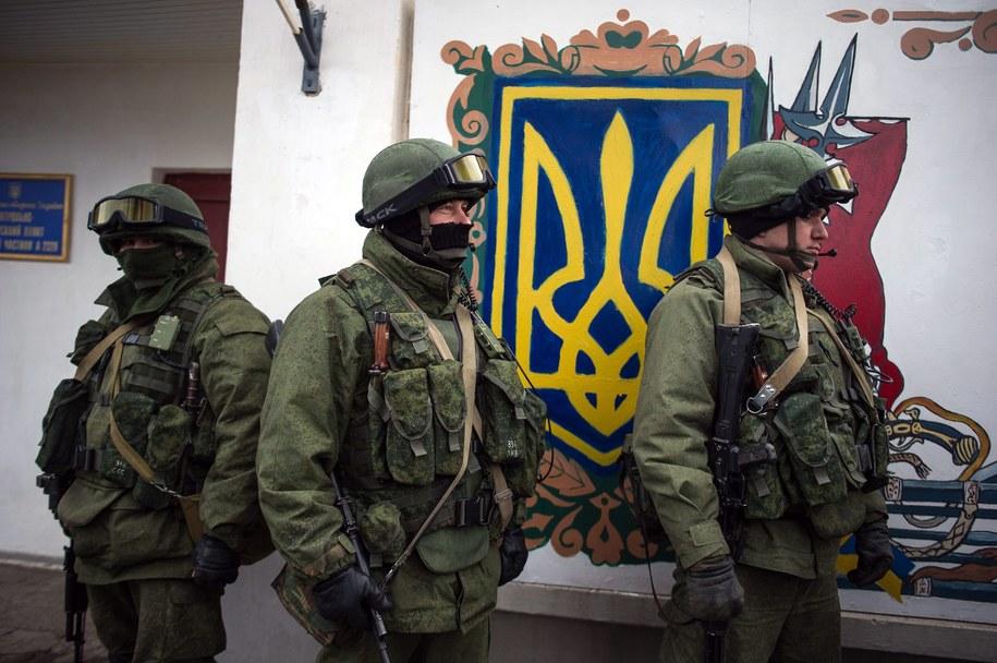 Rosyjscy żołnierze przed ukraińską bazą w Perewalnem k. Symferopola /ALEXEY FURMAN /PAP/EPA