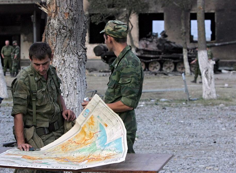 Rosyjscy żołnierze przy mapie w Cchinwali w Osetii Południowej /MAXIM SHIPENKOV    /PAP/EPA