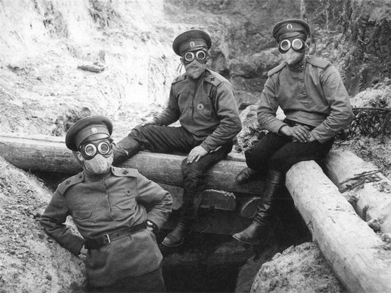 Rosyjscy żołnierze w jednym z pierwszych modeli masek przeciwgazowych /domena publiczna