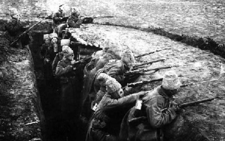 Rosyjscy żołnierze w okopach pierwszej wojny światowej /Wikimedia Commons /materiały prasowe