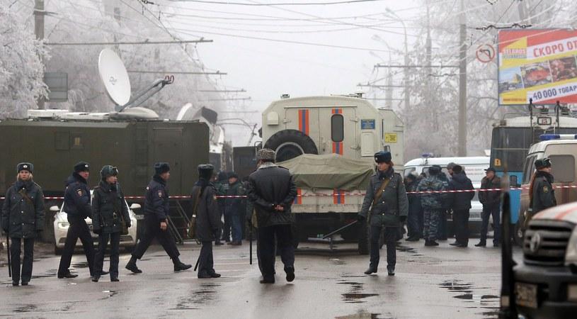 Rosyjska policja na miejscu zamachu w Wołgogradzie 30 grudnia 2013 roku /AFP