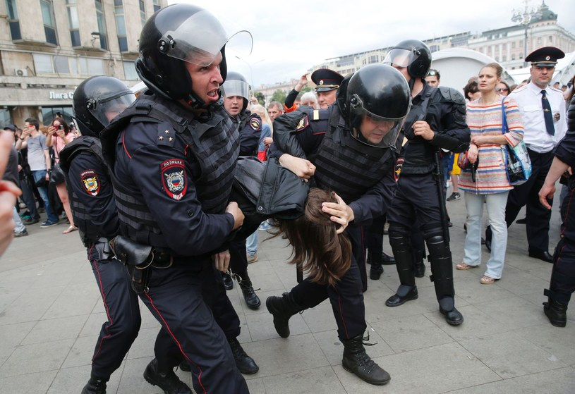 Rosyjska policja zatrzymuje uczestników manifestacji na ulicy Twerskiej w Moskwie (zdjęcie z 12 czerwca) /AFP
