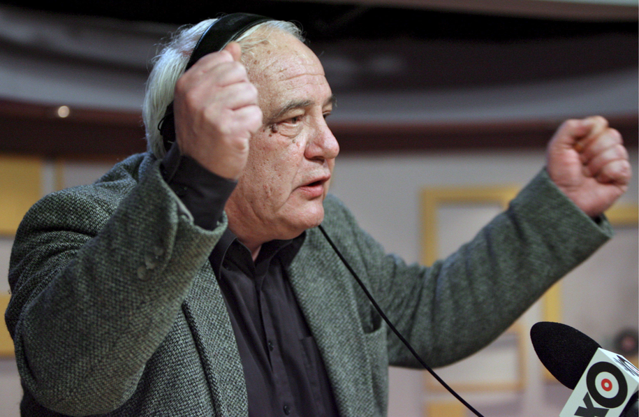 """Rosyjski dysydent Władimir Bukowski udziela wywiadu stacji radiowej """"Echo Moskwy"""" /SERGEI CHIRIKOV /PAP/EPA"""