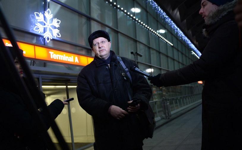 Rosyjski dziennikarz Leonid Swiridow rozmawia z dziennikarzami na warszawskim lotnisku Okęcie /Jacek Turczyk /PAP
