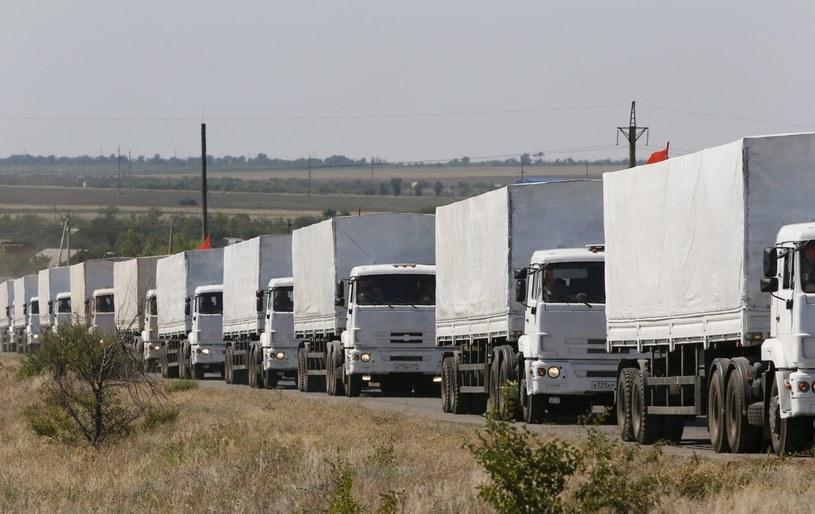 Rosyjski konwój humanitarny ruszył z postoju w Kamieńsku Szachtyńskim ku granicy z Ukrainą. /YURI KOCHETKOV /PAP/EPA