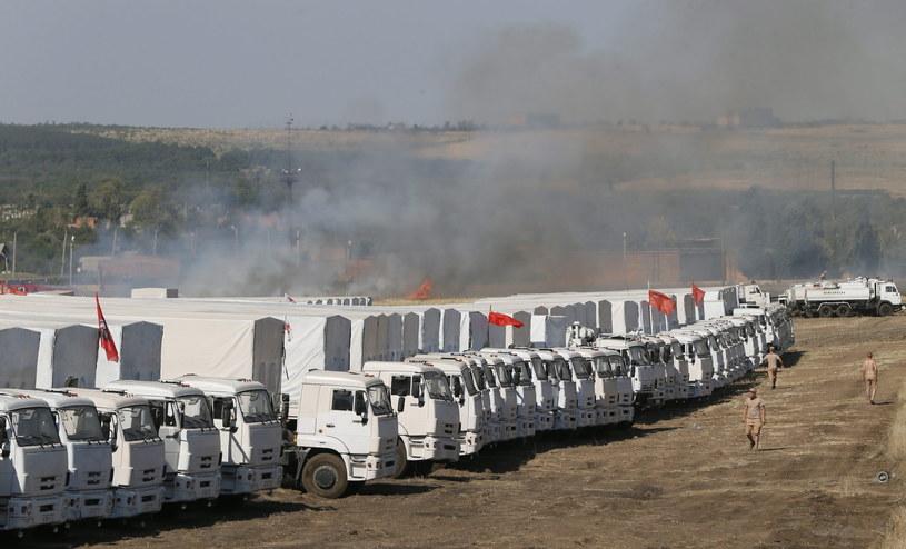 Rosyjski konwój w przygranicznej miejscowości Kamieńsk Szachtyński /PAP/EPA