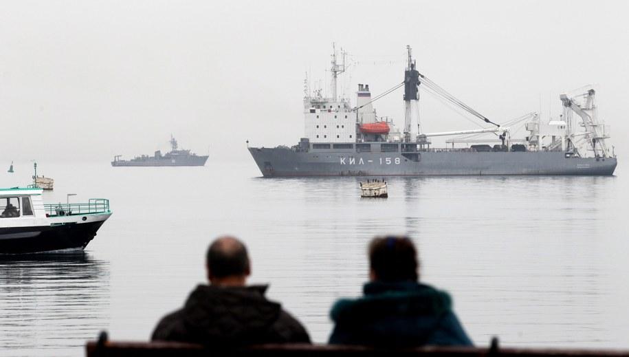 Rosyjski okręt KIL-158 (po prawej) blokuje wejście do bazy w Sewastopolu /ZURAB KURTSIKIDZE /PAP/EPA