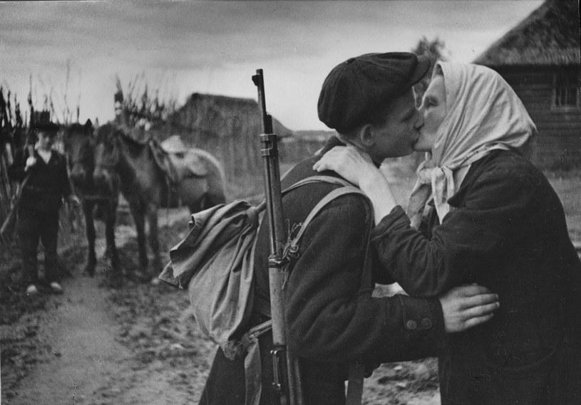 Rosyjski partyzany żegna się ze swoją matką /Hulton Archive /Getty Images
