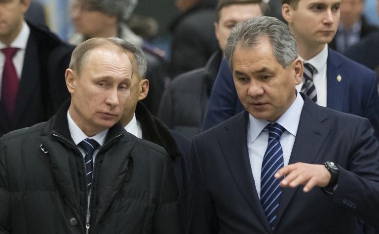 Rosyjski prezydent Władimir Putin i minister obrony Rosji Siergiej Szojgu /ALEXANDER ZEMLIANICHENKO / POOL / AFP /AFP