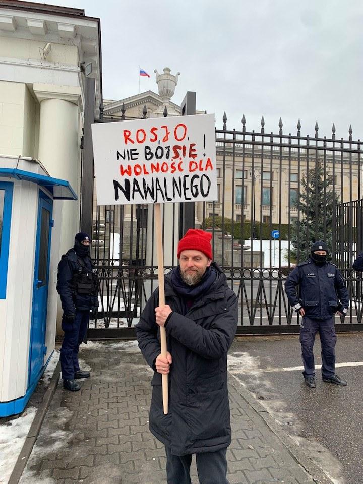 Rosyjski reżyser i dramaturg w geście solidarności zaprotestował przed ambasadą Rosji w Warszawie /Facebook / Ivan Vyrypaev /facebook.com