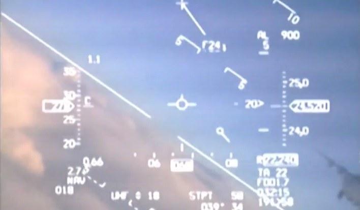 Rosyjski samolot widać w prawym dolnym rogu /YouTube