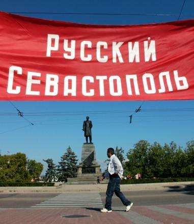 """""""Rosyjski Sewastopol"""" - transparent wywieszony w centrum miasta /AFP"""