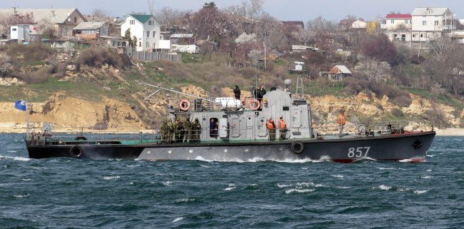 Rosyjski statek patrolujący wody u wybrzeży Sewastopola /ZURAB KURTSIKIDZE /PAP/EPA