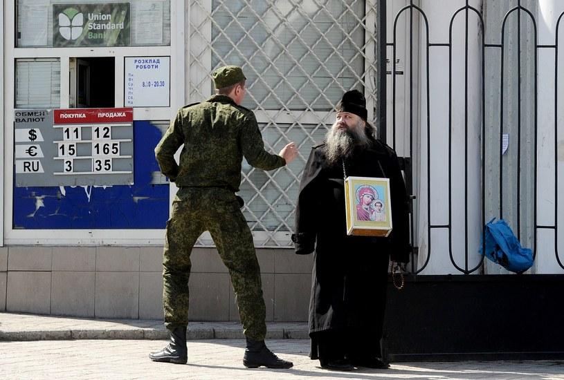 Rosyjski żołnierz i prawosławny duchowny w Sewastopolu /AFP