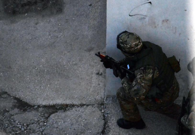 Rosyjski żołnierz przed ukraińską bazą w Symferopolu, 18 marca 2014 /VASILY MAXIMOV /AFP