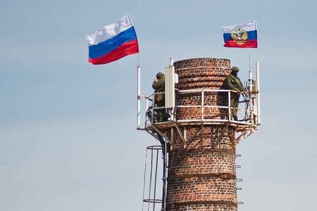 Rosyjskie flagi powiewają nad ukraińską bazą wojskową w Sewastopolu /ANTON PEDKO  /PAP/EPA