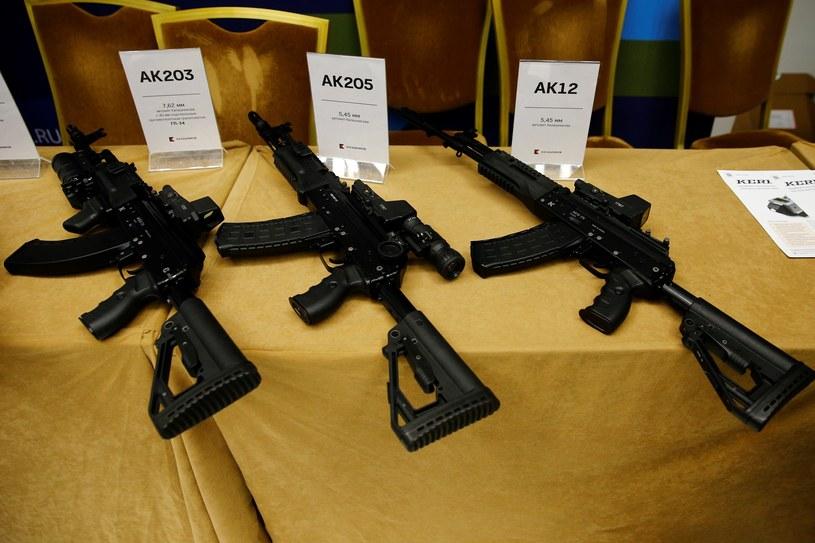 Rosyjskie karabiny, w tym AK-203 /Sefa Karacan/Anadolu Agency /Getty Images