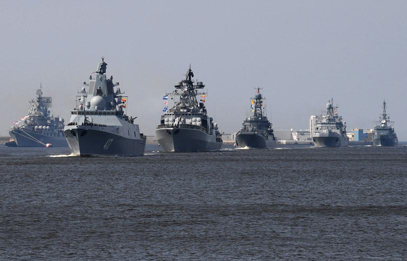 Rosyjskie okręty wojenne coraz częściej pojawiają się na morzach, reprezentując banderę /AFP
